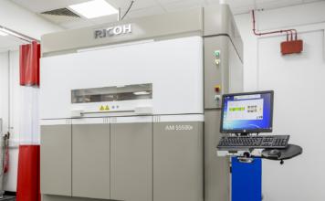 La grande stampante 3D Ricoh AM S5500P può lavorare i poliammidi PA6, PA 11, PA 12 e il polipropilene che sono di importanza strategica per il settore manifatturiero, specie quello legato al settore dell'automotive.