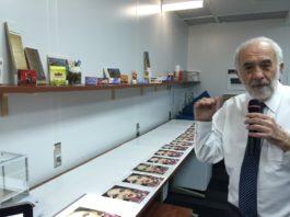 Benny Landa mostra la stampa su diversi materiali nei laboratori di Landa Digital Printing.