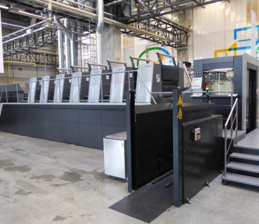 La Speedmaster XL 106 in sala demo nello stabilimento produttivo di Wiesloch, in Germania: una sei colori più verniciatore, in configurazione rialzata per eventuale idoneità al contatto alimentare.