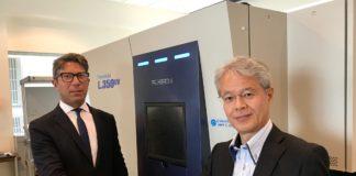 Il Presidente di Screen Takanori Kakita ed Ettore Maretti con una Truepress Jet L350 UV.