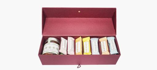 Gift Box per Autore Graphics ha vinto il primo premio nella categoria food con la tradizione dell'handmade chocolate in un astuccio rettangolare cartonato: 940 grammi di dolcezza, una armonia deliziosa di gusti. La gift box contiene la nuova crema spalmabile e le barrette ricoperte di cioccolato che hanno reso famoso nel mondo il marchio Autore.
