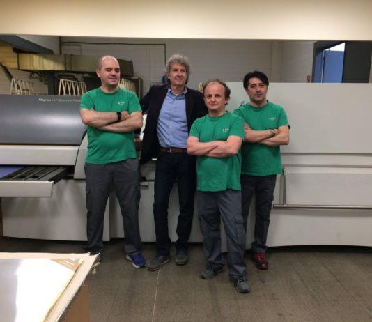 Fabio Porchera, account manager di Kodak Italia e, con la maglietta verde, alcuni collaboratori del reparto prestampa dell'azienda.