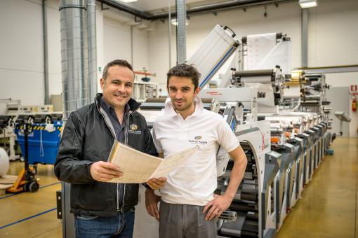 Gabriele Pradella, titolare di Grafiche Pradella, con l'operatore addetto alla XFlex X6.