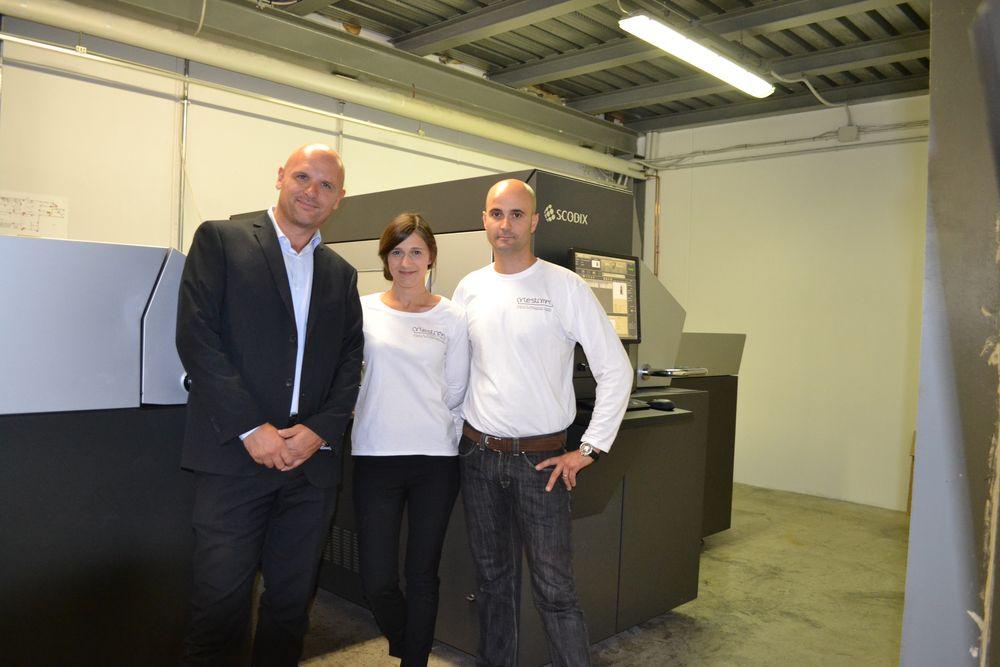 Da sinistra Mauro Luini di Macchingraf, Erika Ballerio e un operatore di Artestampa.