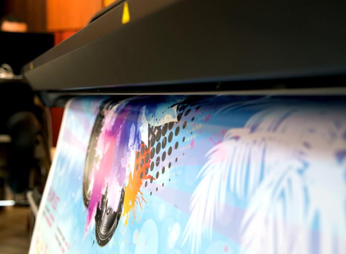 Un dettaglio della stampante da 1625 millimetri HP Latex 370 che durante il workshop ha stampato le grafiche dei partecipanti su film 3M 8150 Clear View Trasparente Ultracristallino, Envision 48C ed Envision 480.
