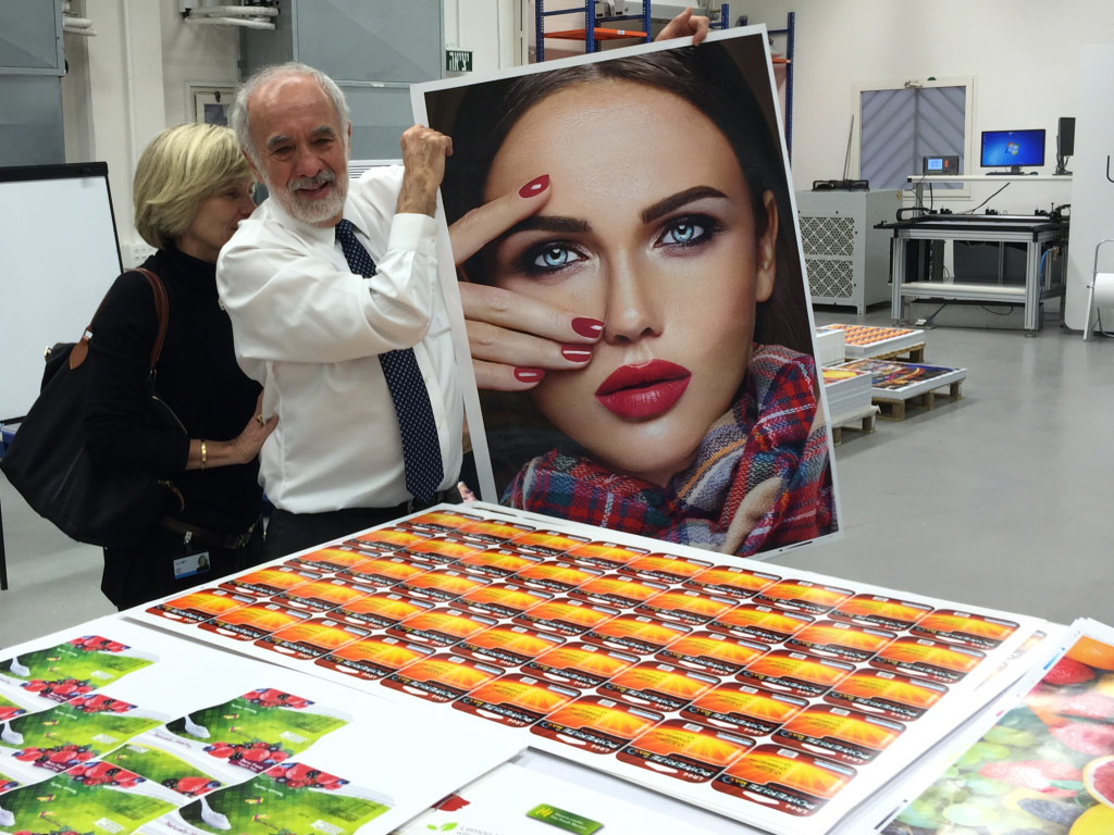 Benny Landa mostra un campione di stampa prodotto con la S10P. Al suo fianco la moglie Mimi Sela, CEO di Landa Ventures, l'azienda del gruppo che investe in startup e Managing Director del Landa Fund