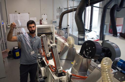 Il ricercatore di IIT Marco Carvelli mostra le prime celle solari stampate con una macchina flessografica della Omet.