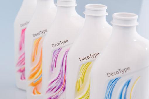 """DecoType di Krones ha ricevuto il premio """"Oscar dell'Imballaggio"""" per l'innovazione tecnologica: rende contemporanea l'immagine del flacone, grazie alla resa grafica innovativa della stampa UV diretta sul packaging, sia per forme che per superfici irregolari."""