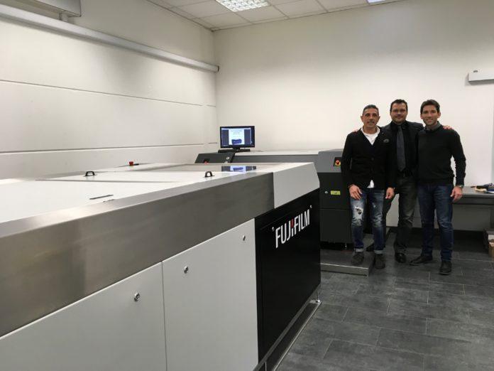 Fiorenzo Fenu, Denny Loi di Flexostudio insieme a Claudio Giacomelli di Synergic Solution davanti alla S928 di Fujifilm e al CDI 4835 di Esko.