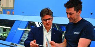 Il direttore della legatoria Matteo Quadri (a destra) mostra a Fabio Casale di Müller Martini Italia un catalogo appena brossurato sulla Corona.